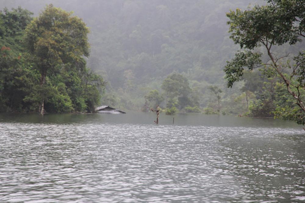 Thung lũng, khô cằn, đột ngột thành hồ nước, đàn cá ma trong núi chui ra