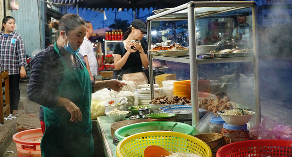 Khmer woman, difference noodle soup, Vinh Trung rice noodle soup,  Neang Nhen rice, incredible aroma, regional specialty