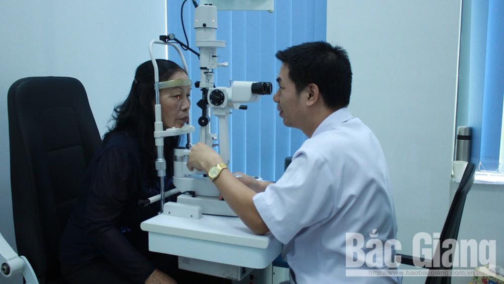 Khám, điều trị mắt miễn phí cho 700 người cao tuổi TP Bắc Giang