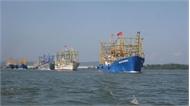 Giải cứu 13 ngư dân gặp nạn, ôm can nhựa trôi dạt trên biển