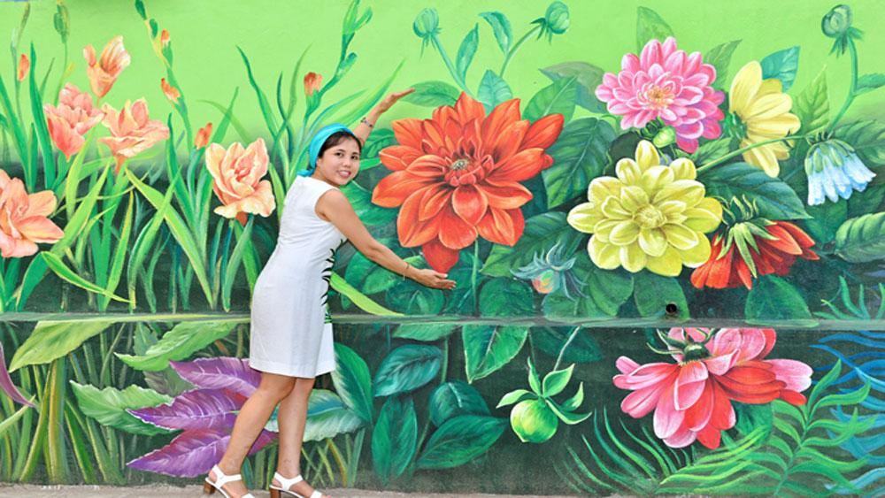 Hanoi's four seasons of flowers featured on street mural