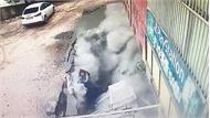 Nữ bác sĩ và y tá bị hố tử thần nuốt chửng trên phố