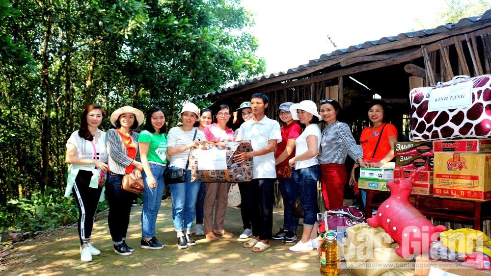 Câu lạc bộ Nhà báo nữ Chi hội Đài PT-TH tỉnh tặng quà hộ nghèo huyện Sơn Động