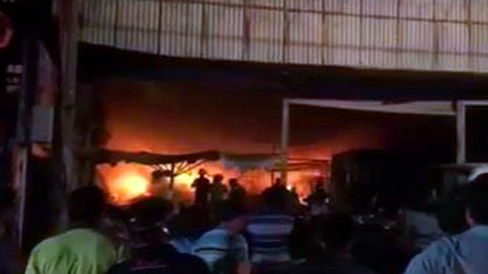 Xưởng chứa nệm bốc cháy ngùn ngụt trong đêm, nhiều tài sản bị thiêu rụi