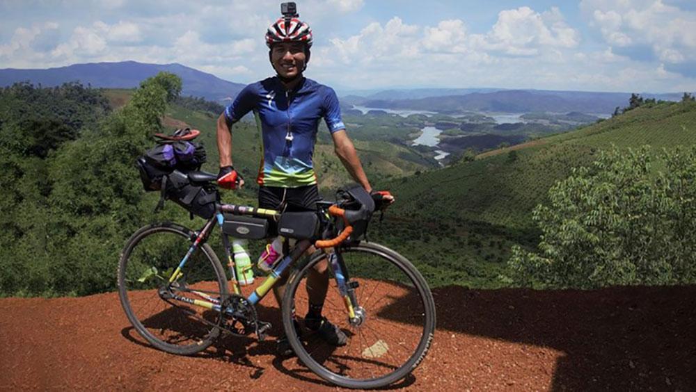 """Chàng sinh viên đạp xe xuyên Việt: Nhiều người nói mình... """"khùng"""""""