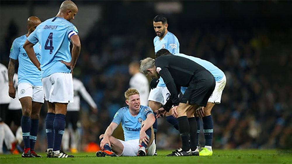 De Bruyne tái phát chấn thương khi Man City vào tứ kết Cup Liên đoàn