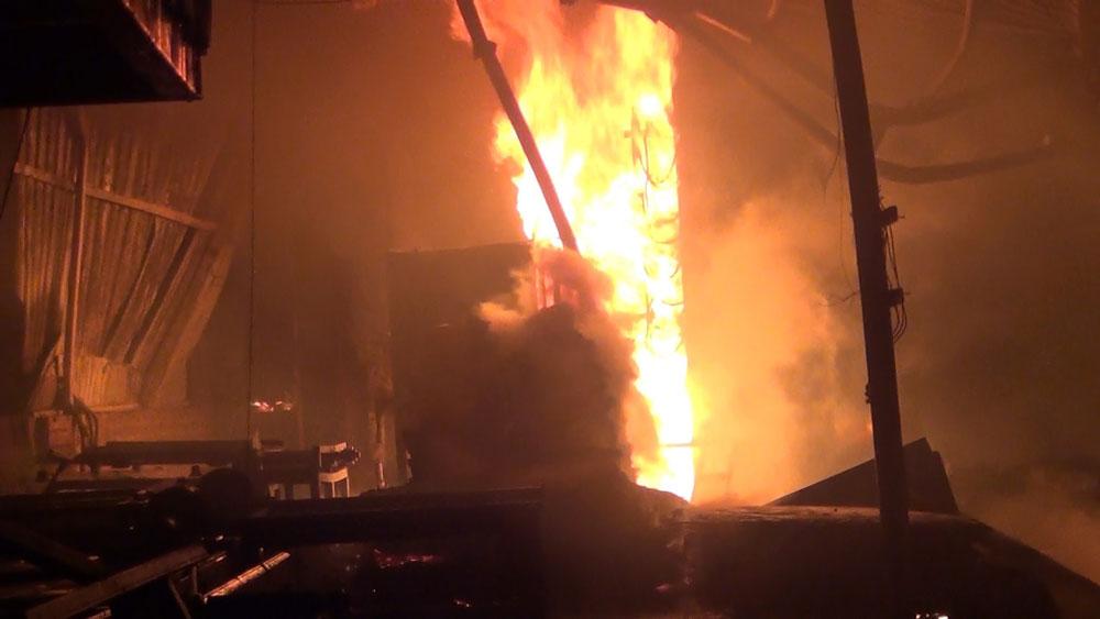 Bình Dương: Cháy xưởng gỗ trong đêm, nhiều người dân hoảng loạn