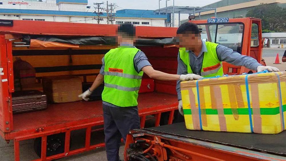 Hai nhân viên Jetstar, bị sa thải, quăng hành lý của khách