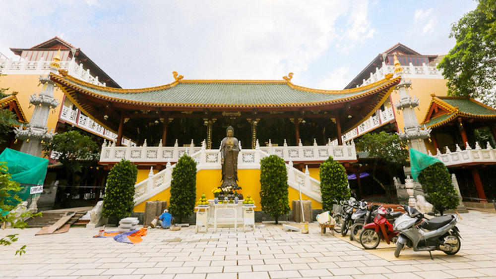 A Saigon pagoda that's a ceramic wonderland