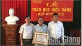 100 đảng viên được trao Huy hiệu Đảng
