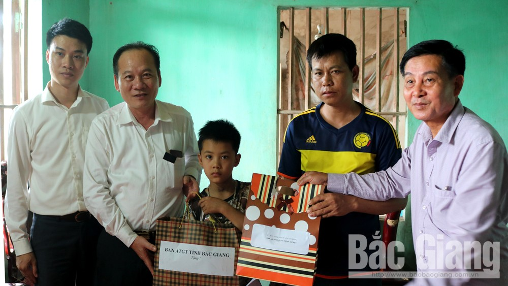 Chủ tịch Uỷ ban MTTQ tỉnh Trần Công Thắng thăm hỏi, động viên gia đình nạn nhân tai nạn giao thông huyện Sơn Động, Lục Ngạn.