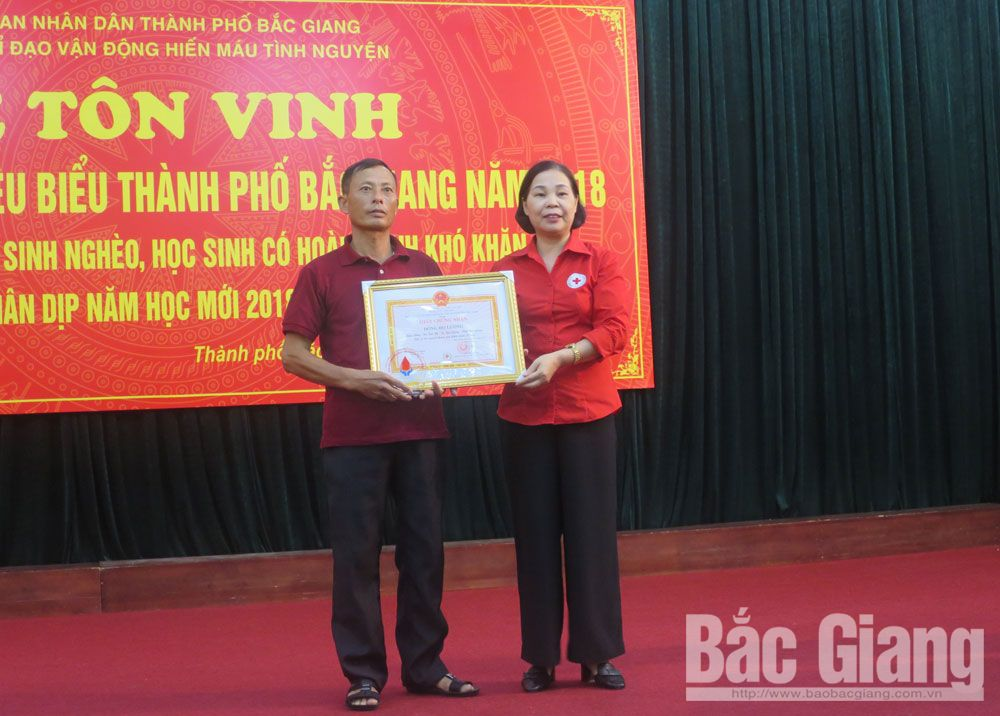 Outstanding family, blood donation, Bac Giang province,  Luong Van Hoa, Nguyen Thi Kim Dung, blood donation campaigns, social affairs, active engagement, meaningful deed
