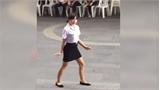 Nữ sinh thể hiện khả năng nhảy khiến mọi người bật cười