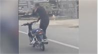 Thanh niên đi xe máy như lướt sóng trên đường