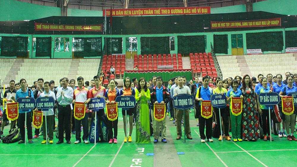 Hơn 200 cán bộ, giáo viên tham gia giải Cầu lông truyền thống chào mừng Ngày Nhà giáo Việt Nam