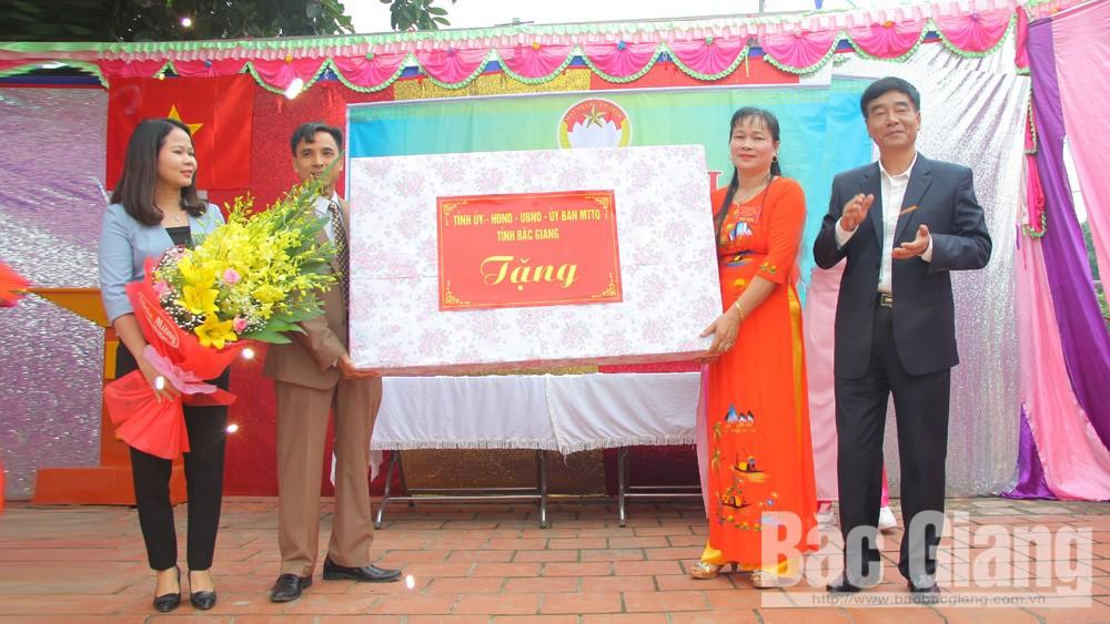 Đồng chí Đỗ Đức Hà, Trưởng Ban Tuyên giáo Tỉnh ủy dự Ngày hội Đại đoàn kết tại thôn Bưởi, xã Đan Hội