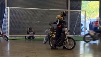 Vừa lái xe máy vừa đá bóng - môn thể thao lạ trên thế giới