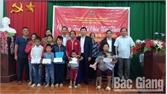 Tặng quà cho học sinh hoàn cảnh đặc biệt khó khăn huyện Sơn Động