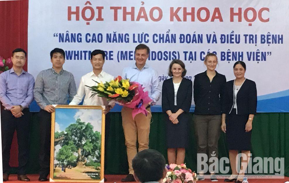Lãnh đạo Bệnh viện Đa khoa tỉnh tặng hoa chúc mừng các đại biểu tham gia tham luận.