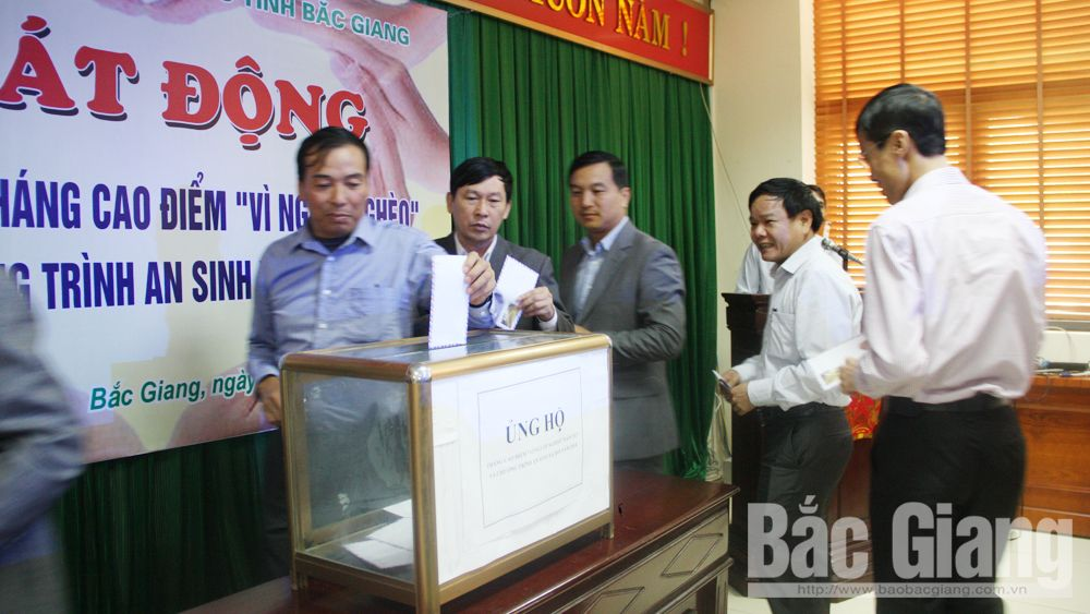 "Over 1 billion VND donated to provincial ""Fund for the Poor"""