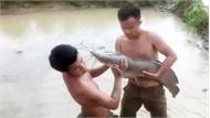 Hai chàng trai hứng khởi khi bắt được cá trê khủng