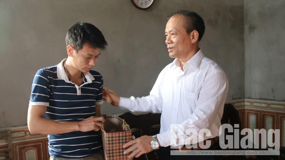 Phó Chủ tịch Thường trực UBND tỉnh Lại Thanh Sơn thăm, tặng quà gia đình nạn nhân TNGT
