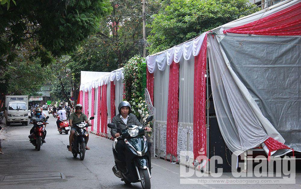 Thành phố Bắc Giang: Người dân dựng rạp đám cưới lấn đường giao thông