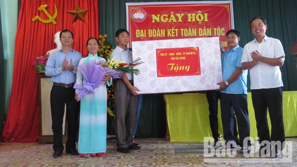 Phó Chủ tịch Thường trực HĐND tỉnh Bùi Văn Hạnh dự Ngày hội Đại đoàn kết toàn dân tộc tại TP Bắc Giang
