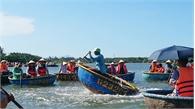 Người dân Hội An lắc thuyền thúng như làm xiếc trước du khách