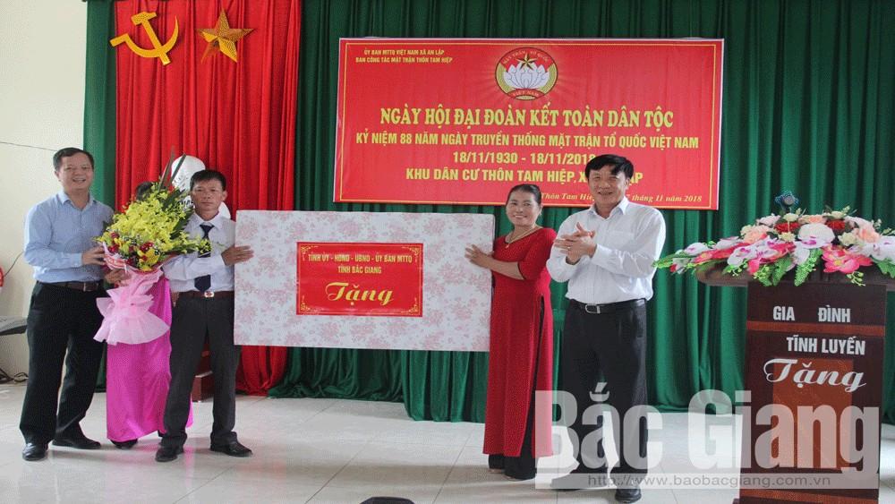 Đồng chí Nguyễn Công Thức, Trưởng Ban Tổ chức Tỉnh ủy dự ngày hội đại đoàn kết dân tộc tại huyện Sơn Động