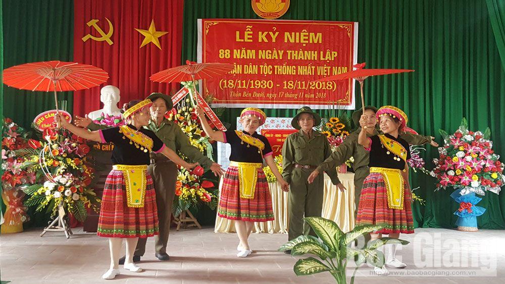 Đội văn nghệ thôn 12, xã Hương Lạc biểu diễn tiết mục múa tại ngày hội Đại đoàn kết