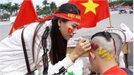 """Thanh niên vượt ngàn cây số, họa đầu """"độc lạ"""" cổ vũ đội tuyển Việt Nam"""