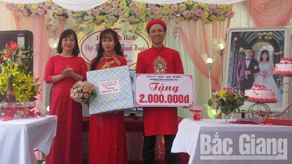 Đại diện lãnh đạo UBND phường Trần Nguyên Hãn tặng quà chúc mừng cặp uyên ương.