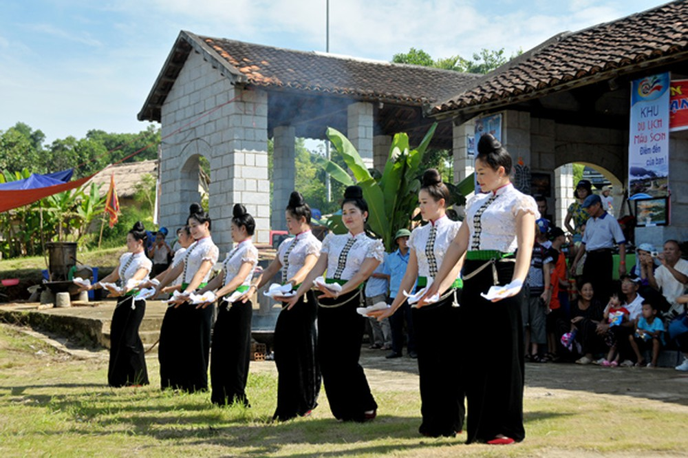 local life, Lang Son province, beautiful natural landscapes, traditional cultural values, Tay ethnic group, harvest season, various modern buildings, folk music performances
