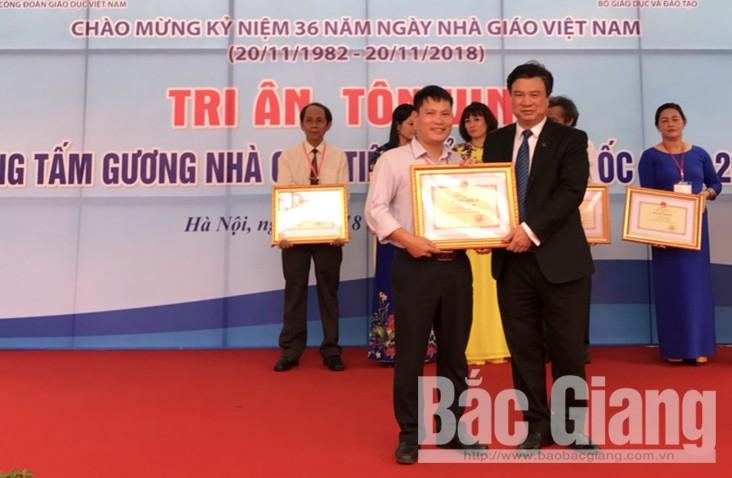 Thầy giáo Nguyễn Văn Đóa nhận Bằng khen từ lãnh đạo Bộ Giáo dục và Đào tạo.