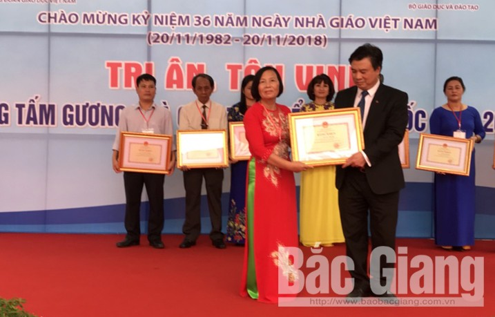 Thứ trưởng Bộ Giáo dục và Đào tạo Nguyễn Hữu Độ trao Bằng khen cho Nhà giáo Nguyễn Thị Kim, Hiệu trưởng Trường THCS thị trấn Tân Dân (Yên Dũng).