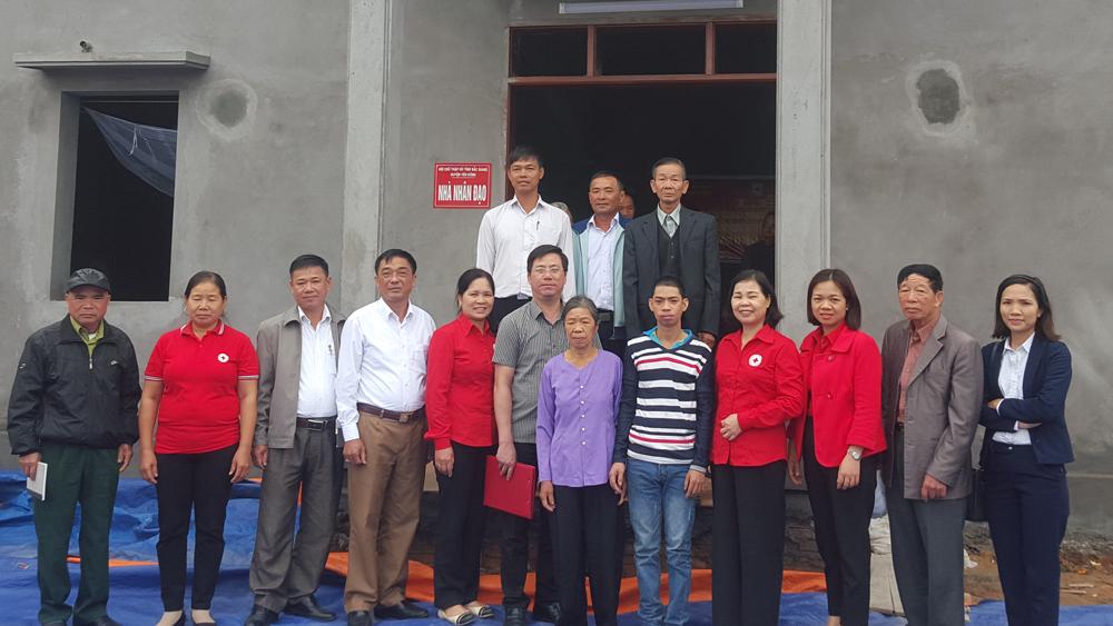Đại diện lãnh đạo Hội Chữ thập đỏ tỉnh và các đơn vị hỗ trợ trao nhà nhân đạo cho bà Nguyễn Thị Nụ.