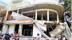 TP Hồ Chí Minh: Ban công đổ sập, 2 công nhân bị bêtông vùi lấp