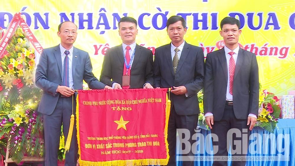 Trường THPT Yên Dũng số 3 đón nhận Cờ thi đua của Chính phủ