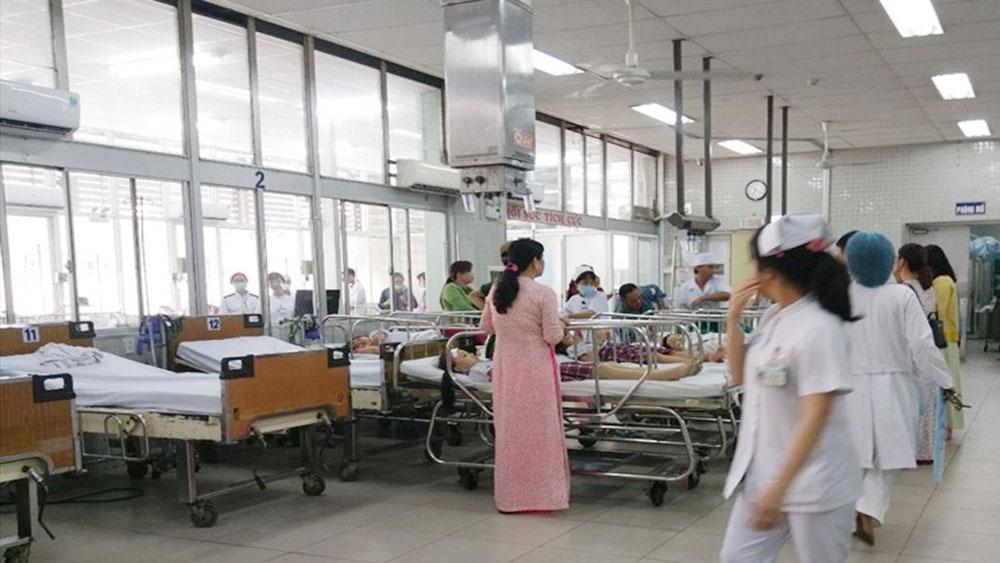 Vụ sập giàn giáo trong lễ kỷ niệm 20-11 ở TP Hồ Chí Minh: Các bác sĩ đang cấp cứu cho nhiều học sinh bị thương