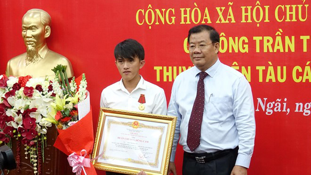 Quang Ngai fisherman praised for saving others at sea