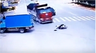May mắn thoát chết sau 2 lần xe tải đâm liên tiếp