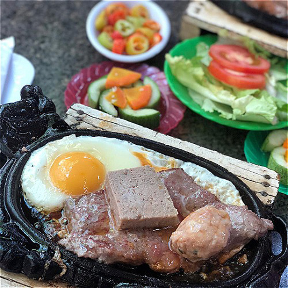 Top dishes, Saigon dishes, sizzle in a pan, Vietnamese versions, frying pans, Banh mi chao, Hau ne, Bit tet, Soft beef slices, Ne Oysters