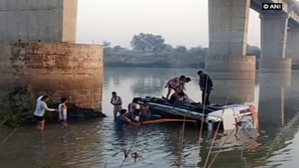 Xe buýt lao xuống sông, ít nhất 28 người thiệt mạng