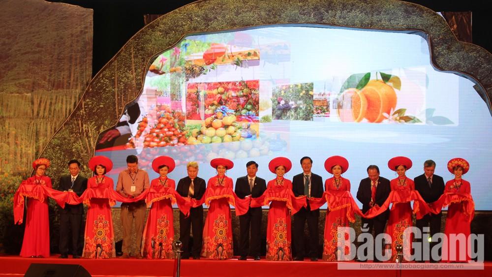 Đồng chí Nguyễn Đăng Khoa, nguyên Thứ trưởng Bộ Nông nghiệp và PTNT, nguyên Chủ tịch UBND tỉnh cùng các đồng chí lãnh đạo tỉnh, huyện Lục Ngạn cắt băng khai mạc Hội chợ.