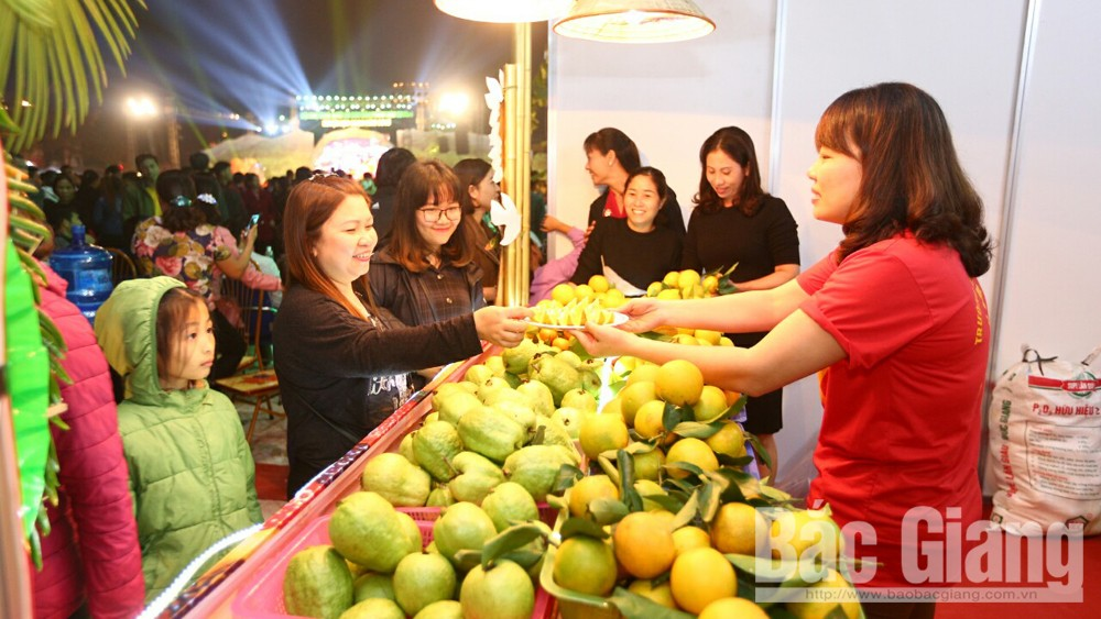 Over 20 enterprises visit, sign contracts at Luc Ngan fruit fair