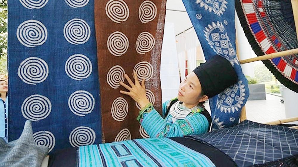 Bazaar, Vietnamese brocades, Craft Link's Handicraft Bazaar, many traditional products,  ethnic minority groups, traditional craft villages