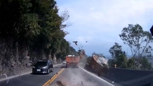 """Tài xế """"đứng tim"""" khi tảng đá to trên núi rơi ngay đầu xe"""