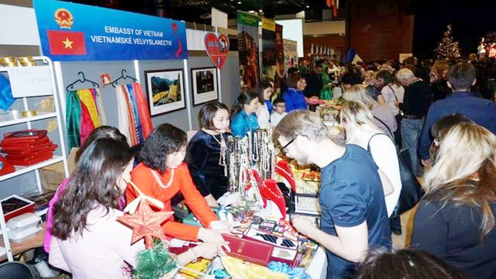 Vietnamese staples, Christmas Fair Prague 2018, Vietnamese silk, traditional dishes, Diplomatic Spouses Association, charitable activities