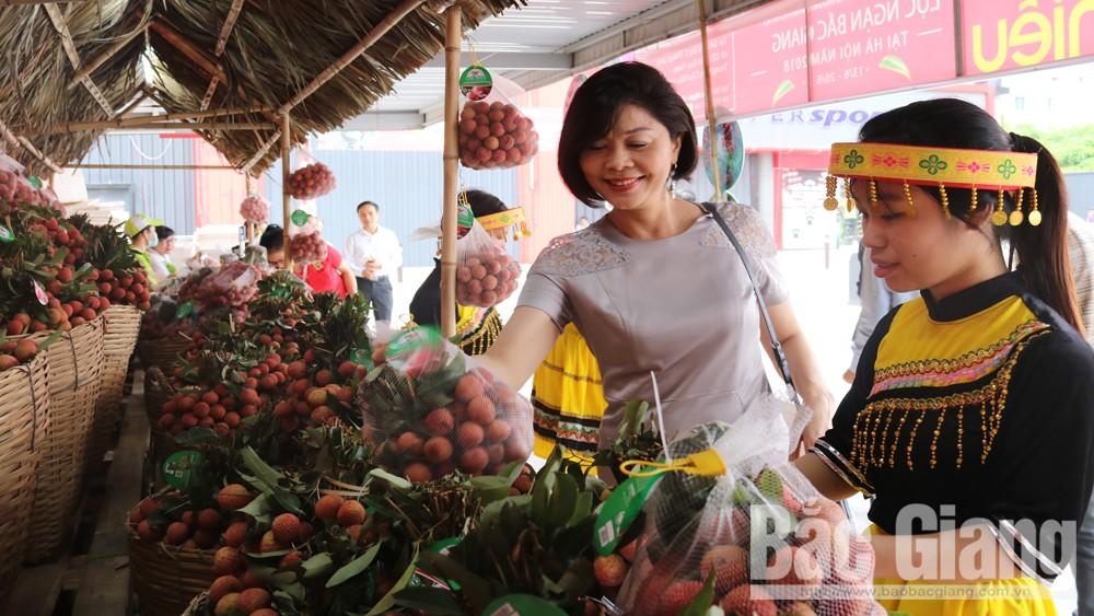 """Vải thiều Bắc Giang được trưng bày, bán tại Siêu thị BigC Thăng Long trong khuôn khổ""""Tuần lễ vải thiều Lục Ngạn - Bắc Giang tại Hà Nội"""" năm 2018."""